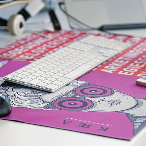 Mousepad with fabric surface customizable in four-color