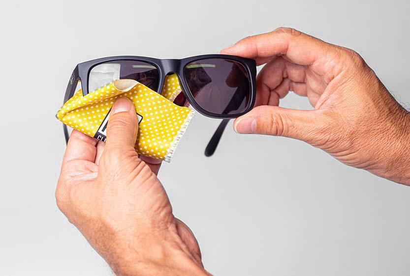 Gadget per contenere e pulire occhiali